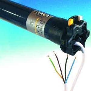 Een buismotor is geproduceerd voor het elektrisch maken van rolluiken, zonwering of rolgordijnen